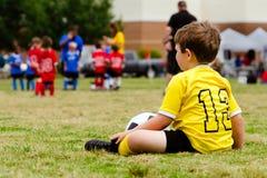 Jugend-Fußballspiel des Kindes überwachendes stockbilder