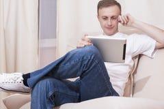 Jugend-Ideen und Konzepte Kaukasischer Mann mit Tablet-Computer Stockbild