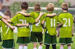 Jugend Junior Soccer Team Jungen, die in Folge stehen und aufpassende Strafstöße stockbilder