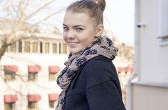 Jugend-Lebensstil-Konzept: Nahaufnahme-Porträt lächelnder kaukasischer T Lizenzfreie Stockfotografie