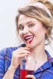 Jugend-Mode-und Lebensstil-Konzepte Anziehendes und glückliches kaukasisches blondes Lizenzfreies Stockbild