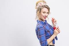 Jugend-Mode-und Lebensstil-Konzepte Anziehendes und glückliches kaukasisches Mädchen Stockfotos