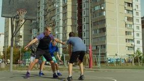 Jugend-streetball Spieler in der Aktion draußen stock footage