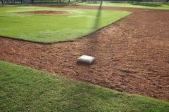 Jugendbaseballinnenfeld von der Seite der ersten Base im Morgenlicht Stockfotos