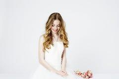 Jugendblumenmädchen im Weiß Stockfotografie