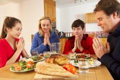 Jugendfamilie, die Anmut sagt Lizenzfreies Stockbild