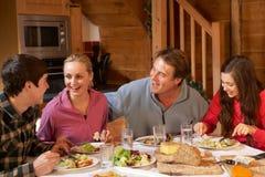Jugendfamilie, die Mahlzeit genießt stockbild