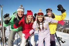 Jugendfamilie am Ski-Feiertag in den Bergen lizenzfreies stockbild