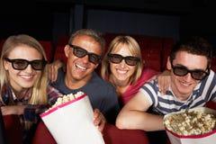 Jugendfamilien-überwachender Film im Kino stockfotografie