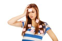 Jugendfrau bedeckt mit Post-Itanmerkungen Lizenzfreie Stockfotografie