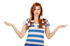 Jugendfrau bedeckt mit Post-Itanmerkungen Stockbild