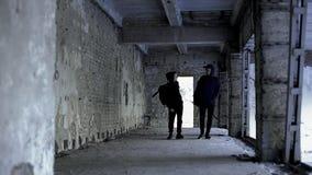 Jugendfreunde, die zusammen unter Ruinen, öffentliche Interessen, Freundschaft schlendern stockbild
