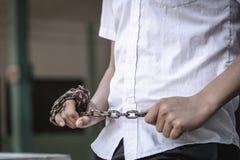 Jugendgewalttätigkeit, Jugendkinder mit Ketten in ihren Händen, Schlägerei, Verstümmelung, Problem des Streites unter Jugendliche stockfotografie
