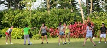 Jugendgruppe, zum des Fußballs in SHEKOU SHENZHEN zu spielen Lizenzfreies Stockbild