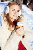 Jugendhippie-Mädchen der Junge recht im Freien im Winterschneepark, der den trinkenden Kaffee des Spaßes, das glückliche Lächeln  Lizenzfreie Stockbilder