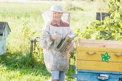 Jugendimker, der Bienenstöcke auf Bienenyard überprüft Lizenzfreies Stockfoto