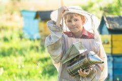 Jugendimker, der im Bienenhaus arbeitet Stockfotografie