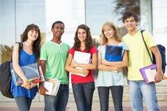 Jugendkursteilnehmer, die äußeres Hochschulgebäude stehen stockfotografie