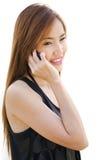 Jugendlich asiatisches Mädchen, das Handy verwendet. stockbilder