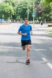 Jugendlich Athletentraining durch das Laufen auf Straße Stockbild
