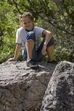 Jugendlich auf Felsen Lizenzfreie Stockfotos