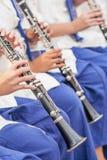 Jugendlich Band in der weiß-blauen einheitlichen Ausführung, thailändische Blaskapelle i stockfoto