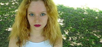 Jugendlich Betrachten direkt Kamera lizenzfreies stockfoto