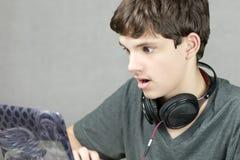 Jugendlich Blicke auf Computer im Schlag Lizenzfreies Stockfoto