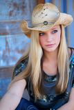 Jugendlich blondes Modell mit Cowboy Hat und blauen Augen Lizenzfreies Stockbild