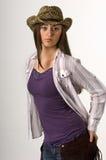 Jugendlich Cowgirl im Trägershirt und im Hut Stockbild