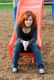 Jugendlich In Erinnerungen ergehen an der Spielplatz-Vertikale Stockfotos