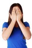 Jugendlich Frau, die ihr Gesicht bedeckt stockbilder