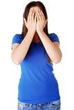 Jugendlich Frau, die ihr Gesicht bedeckt lizenzfreie stockfotos