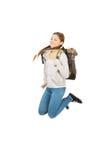 Jugendlich Frau, die mit Rucksack springt Lizenzfreie Stockfotos