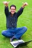 Jugendlich glückliches mit Laptop Stockfotografie
