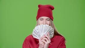 Jugendlich hält Papiergeld in ihren Händen Grüner Bildschirm Langsame Bewegung stock video