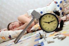 Jugendlich hat eine Alarmuhr und einen Schlaf gebrochen Stockfotografie