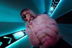 Jugendlich Hippie-Mädchenstellung in den Neonlichtern auf Straße, Porträt lizenzfreie stockfotografie