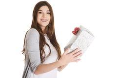 Jugendlich Holding ein Geschenk Stockfoto