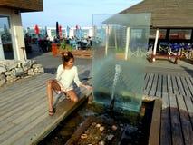 Jugendlich 11 Jahre mit einem Brunnen in einem Badekurort Lizenzfreie Stockfotografie