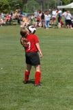Jugendlich Jugend-Fußball, der Kugel weg vom Kinn spielt Lizenzfreie Stockfotografie