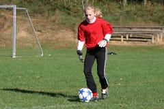 Jugendlich Jugend-Fußball-Spieler, der Kugel (2) tritt Stockfotos