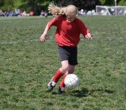 Jugendlich Jugend-Fußball-Spieler, der Kugel (2) tritt Stockfotografie