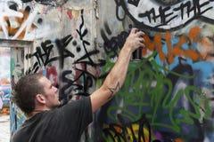 Jugendlich Junge, der auf Anstrich-Graffiti sich konzentriert Lizenzfreie Stockbilder