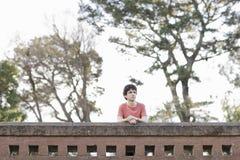 Jugendlich Junge, der draußen weg von Kamera schaut stockfoto