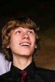 Jugendlich Junge, der oben schaut Stockbild