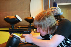 Jugendlich Junge, der Paintball-Gewehr zielt Stockfotos