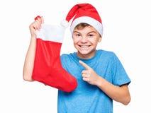 Jugendlich Junge, der Santa Claus-Hut trägt Stockfotografie