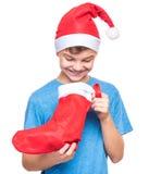 Jugendlich Junge, der Santa Claus-Hut trägt Lizenzfreie Stockfotos