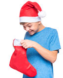 Jugendlich Junge, der Santa Claus-Hut trägt Stockbilder